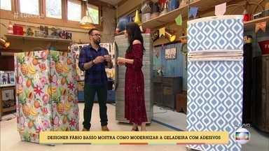Designer Fábio Basso mostra como modernizar a geladeira com adesivos - Aprenda como aplicar adesivos e dar cara nova à geladeira