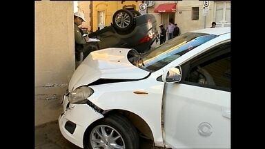 Carros se batem e um capota no centro da cidade - Mulher ficou ferida