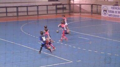 Mães de jogadores são um show a parte da Copa Morena de Futsal - Na Copa Morena, o que chama atenção não são somente os gols não. A torcida, principalmente a das mamães dos jogadores mirins dão um show a parte.