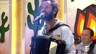 Marcelo Jeneci canta 'Sanfona Sentida' - Cantor aproveita a época junina para tocar forró
