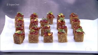 Jefferson Rueda faz Torresmo de Panceta com Goiabada - Chef surpreende participantes do Super Chef Celebridades com explosão de sabor