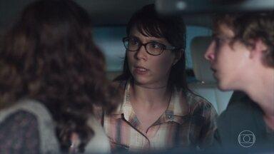 Benê foge do carro de MB sem explicar sua presença - MB e Samantha acreditam que foi Lica quem orientou a amiga a seguir os dois. O rapaz liga para a namorada para tirar satisfações
