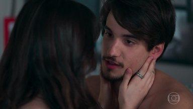 Lica e Felipe namoram no quarto da menina - A menina ignora as chamadas de MB para ficar com o namorado de Clara