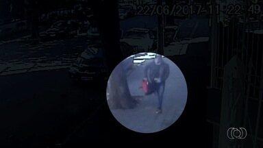 Polícia prende suspeitos de roubar 300 ingressos do Festival Villa Mix em Goiânia - Imagens de câmeras de segurança mostram quando autor pega sacola com os itens e sai correndo.
