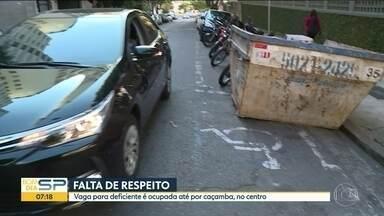 Vaga para deficiente é ocupada até por caçamba em rua no Centro - Vaga fica na região da Rua da Consolação.