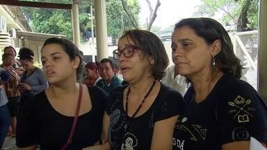 Mãe de estudante assassinado conta que ouviu som do tiro - Família estave no IML para tentar liberar corpo nesta manhã. Jovem foi assassinado na porta da casa da avó, no Recife.