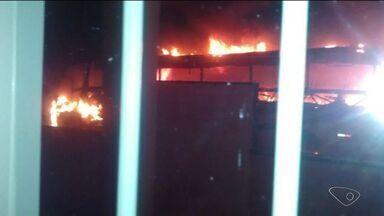 Ônibus pega fogo em Jaguaré, Norte do ES - Ninguém sabe ou viu como o incêndio começou.