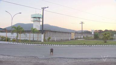 Fuga em penitenciária superlotada mobiliza equipes da polícia em Mongaguá - Quatro detentos foram flagrados pulando o alambrado e escalando o muro