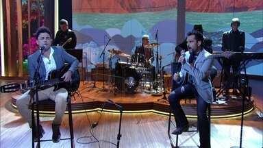"""Zezé Di Camargo & Luciano abrem programa cantando """"É o Amor"""" - Pedro Bial recebe dupla para uma discussão sobre a sensualidade na poesia"""