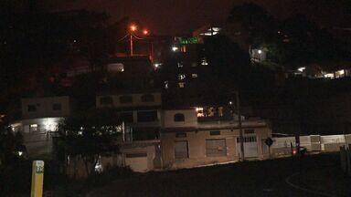 VC no ESTV: morador alerta sobre escuridão em viadutos de Cariacica - Os viadutos estão totalmente às escuras, oferecendo risco pra quem passa por lá. A equipe do ESTV foi conferir a situação.