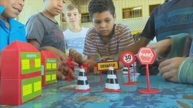 Alunos de Guajará-Mirim aprendem sobre educação no trânsito - Objetivo é que crianças aprendam como agir como pedestre ou dentro do veículo.