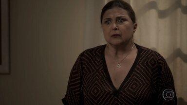 Aurora critica os planos de Bibi - Ela conta que não conseguiu ajudar Rubinho a fugir da prisão e fica arrasada