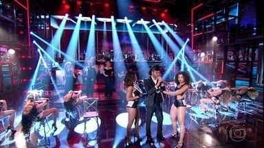 Enzo Romani encarna The Weeknd no palco do 'Domingão' - Ator canta 'Can't Feel My Face' e levanta a galera