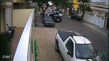 Homem é assaltado e agredido por bandidos em Vista Alegre - O homem é surpreendido por dois bandidos armados, que descem de um veículo. Um dos assaltantes rouba a chave do carro enquanto o outro faz uma revista na vítima. Antes de ir embora, um dos bandidos agride a vítima.