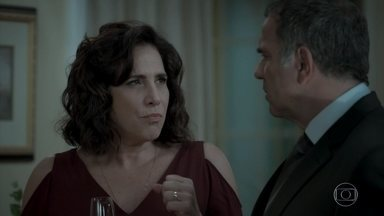 Eurico não concorda com posição de móvel na sala do apartamento durante o casamento - Heleninha não consegue entender os motivos de Eurico