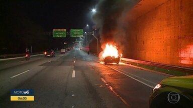 Carro pega fogo na Marginal Pinheiros, na Zona Sul de SP - Incêndio teria acontecido por pane elétrica no painel do veículo.