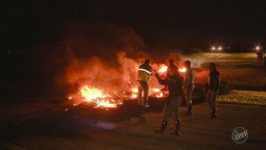 Protesto fecha trecho da Rodovia Santos Dumont em Campinas - Segundo informações iniciais da polícia, manifestantes atearam fogo em pneus e bloquearam alça de acesso à Rodovia Miguel Melhado.