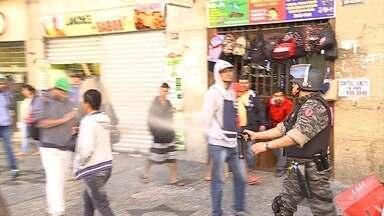 PM usa bombas e jatos d'água em protesto de camelôs no centro de BH - Prefeitura começou a retirar os vendedores ambulantes nesta segunda-feira (3); quatorze pessoas foram presas.