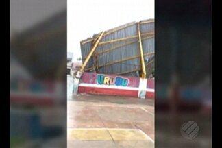 Cobertura de ginásio desaba durante forte chuva em Bragança, no Pará - Área foi isolada pelo Corpo de Bombeiros, pois o restante da cobertura ameaça desabar.