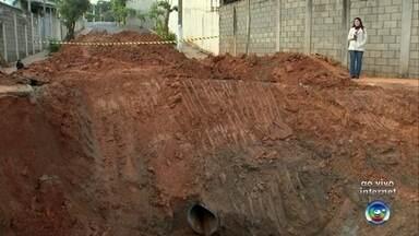 Buraco 'gigante' em Marília preocupa moradores de bairro - Funcionários da prefeitura de Marília abriram uma rua inteira para realizar obras na rede de encanamentos de um bairro da cidade. Contudo, a obra está atrasando e os moradores estão preocupados com os perigos do buraco 'gigante' aberto na via pública.