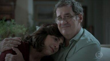 Heleninha se sente culpada pela situação de Bibi - Esposa de Rubinho conta para Junqueira que está se mudando do bairro