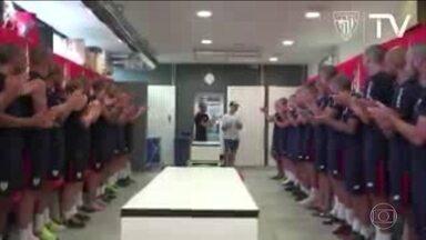 Eu curti: Jogadores raspam a cabeça em apoio a companheiro com câncer - Homenagem aconteceu no Athletic Bilbao, da Espanha.