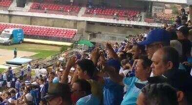 Torcida azulina faz a festa durante a entrada do CSA - Azulão enfrenta o Cuiabá, no Estádio Rei Pelé.