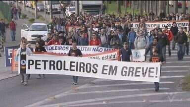 Petroleiros fazem protesto contra falta de segurança em refinaria - Ato ocorreu em Cubatão, SP.
