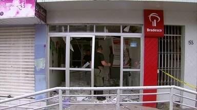 Criminosos explodem banco e fazem moradores reféns em Bom Jardim - Bandidos fizeram três pessoas reféns para evitar reação da Polícia Militar.