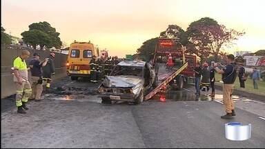 Dois morrem após carros capotarem na Dutra em Taubaté - Acidente causou lentidão de mais de 10 km.