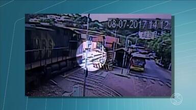 Vídeo mostra flagrante de atropelamento por trem em Paraíba do Sul, RJ - Homem parece não perceber a locomotiva ao tentar atravessar. Ele está internado em estado grave.