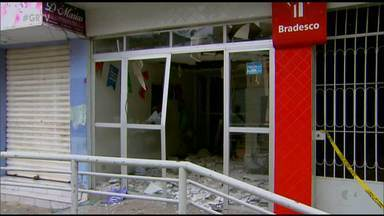 Bandidos explodiram agência do bradesco em Bom Jardim, no Agreste de PE - Na fuga, os criminosos fizeram vários disparos para o alto e levaram moradores como reféns.