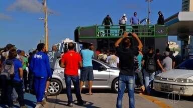 Funcionários e ex-funcionários protestam contra avisos de demissões na Bacia de Campos - Assista a seguir.