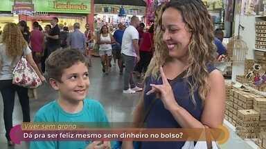 Público dá dicas de como ser feliz mesmo sem dinheiro - Manoel Soares foi conversar com as pessoas na rua sobre a falta de grana. Daniel Barros diz que pesquisas mostram que o dinheiro traz mais alegria quando se doa do que quando se tem