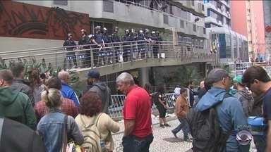 Trabalhadores da Comcap passam madrugada na Câmara de Florianópolis - Trabalhadores da Comcap passam madrugada na Câmara de Florianópolis