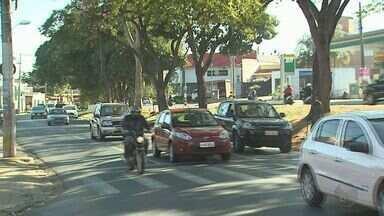 Usuários de crack em avenida da Zona Sul de Ribeirão Preto preocupam comerciantes - Durante o dia eles pedem dinheiro aos motoristas que passam pela via, e à noite cometem pequenos furtos nas lojas.