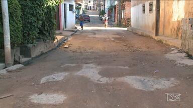 Moradores reclamam de problemas de infraestrutura em São Luís - Ruas da Vila Lobão, próximo ao conjunto Santos Dumont, em São Luís, estão cheias de buracos. E a prefeitura acabou de asfaltar alguns trechos, mas o asfalto já desmanchou.