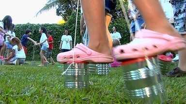 Crianças fazem 'pé de lata' para brincar com os amigos durante as férias em Goiás - Para fazer o brinquedo, basta usar lata e barbante.