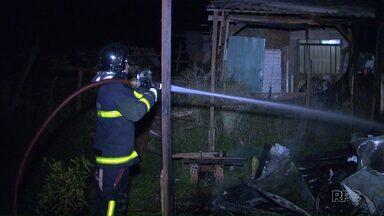 Uma casa foi destruída por um incêndio na invasão do Buba, em Foz do Iguaçu - Quatro pessoas moravam na casa