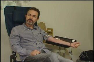 Ação é feita em empresa de Uberlândia para incentivar doação de sangue - Hemocentro levou equipe até a empresa e funcionários fizeram triagem. Estoque diminui principalmente em época de frio.