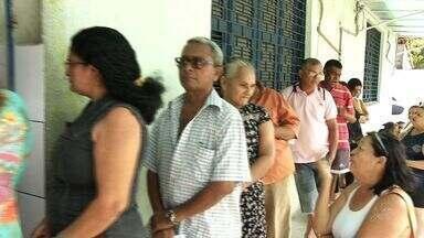 Pacientes pegam fila na madrugada para conseguir atendimento em hospital em Fortaleza - Pacientes pegam fila na madrugada para conseguir atendimento em hospital em Fortaleza.