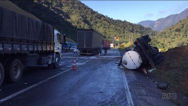 Acidentes graves são registrados nas estradas do Paraná - Pelo menos duas pessoas morreram.