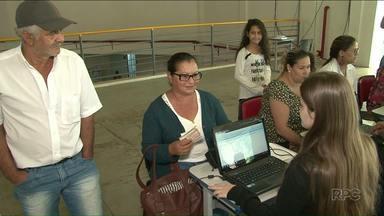 Feira de serviços atrai muita gente ao centro de eventos de Paranavaí - Dá para tirar documentos como RG e CPF e ainda se cadastrar para tentar vagas de emprego. A feira continua nesta sexta-feira, 13.
