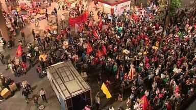 Manifestantes contra Temer e reformas se reúnem no Centro de Porto Alegre - Concentração é realizada na Esquina Democrática.