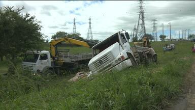 Motorista sai de pista e tomba caminhão para não bater, em Campina Grande - Outro caminhão estava na contramão em ultrapassagem indevida, segundo o motorista.