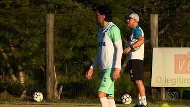 Goiás encara o Criciúma no estádio Heriberto Hülse em busca de recuperacão - As duas equipes tem 17 pontos e o time esmeraldino tenta quebrar tabu no jogo desta sexta-feira.