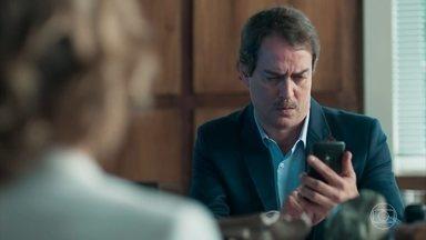 Malu mostra a Edgar a convocação de Lica para o apitaço - A professora diz que Edgar precisa expulsar a filha da escola para dar exemplo aos outros alunos