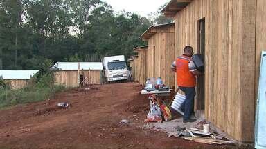 Antigos moradores do Jardim Gramado começam a ser retirados de ginásio - Casas foram construídas com apoio do município e das famílias que foram retirados da área.