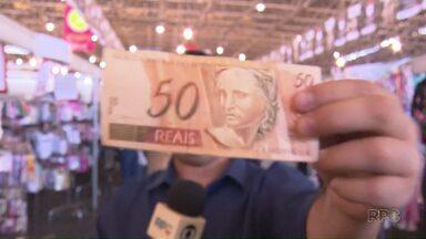 O Paraná TV te mostra o que dá para comprar com 50 reais na feira ponta de estoque - O nosso repórter William Souza deu giro pela feira e voltou pra redação de sacola cheia