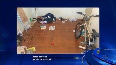 Criança é encontrada trancada em quarto de casa sem energia elétrica em Avaré - m menino de 9 anos foi encontrado por policiais militares sozinho e trancado no quarto de uma casa sem energia elétrica, na Vila Serena, em Avaré (SP), nesta sexta-feira (14). A mãe da criança, de 27 anos, foi autuada por abandono de incapaz e maus-tratos. Segundo a polícia, a criança mora com a mãe. O pai não foi localizado.